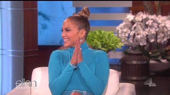 Jennifer Lopez'den olay frikik! Elbisenin kurbanı oldu