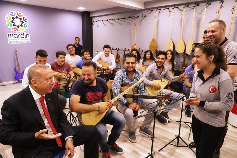 Erdoğan çay davetini kırmadı masa tenisi oynadı
