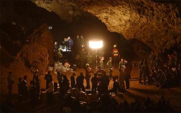 Çocuklardan oluşan futbol takımı mağarada mahsur kaldı!