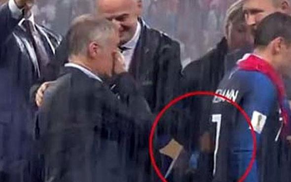 Dünya Kupası madalyasını cebine attı!