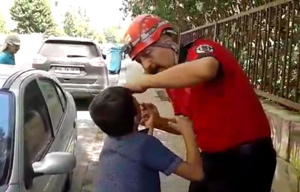 Parmağı korkuluğa saplanan çocuk  itfaiyeciye sarılıp ağladı