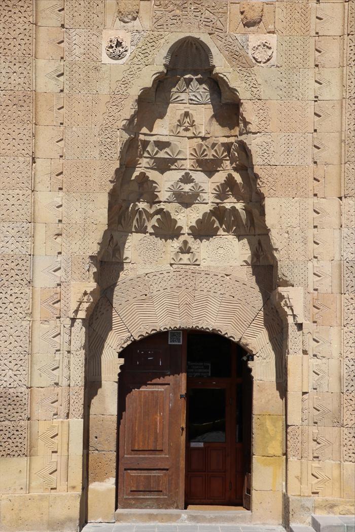 Cami kapısında günde iki saat görülen taçlı kadın başı silüeti