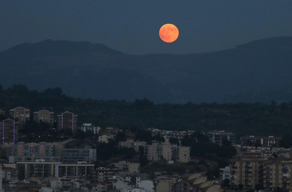Kanlı Ay tutulmasından muhteşem görüntüler