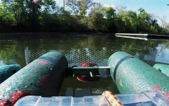 Uzaktan kumandalı nehir temizleme teknesi