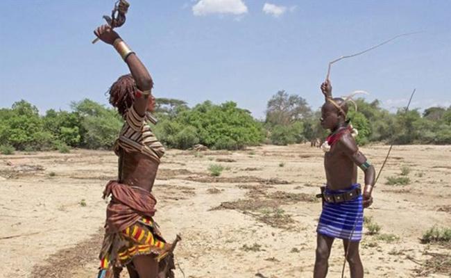 Bir garip Afrika kabilesi! Evlenmek isteyeni kırbaçlıyorlar