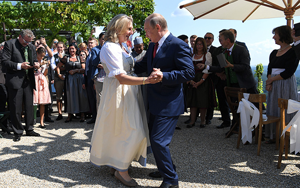 Putin, Avusturya Dışişleri Bakanı Kneissl ile dans etti!