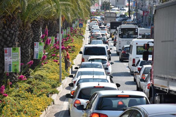 Trafik felç oldu otellerde yer kalmadı! Nüfus patlaması yaşanıyor
