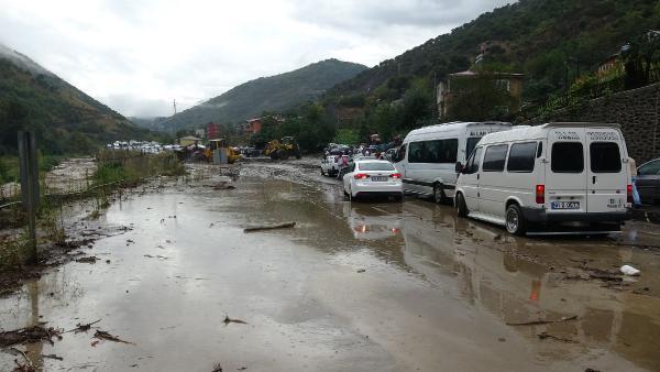 Trabzon'u sel ve heyelan vurdu; karayolu ulaşıma kapandı