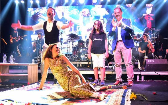 Yıldız Tilbe, sahnede Uşak halısına yatarak poz verdi