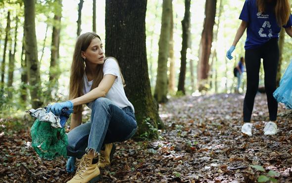 Serenay Sarıkaya Belgrad Ormanı'nda çöp topladı