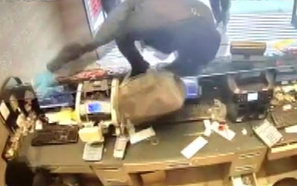 Şişli'de döviz bürosunda silahlı soygun kamerada