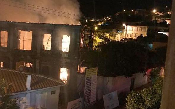 İzmir'de tarihi konak alev alev yandı