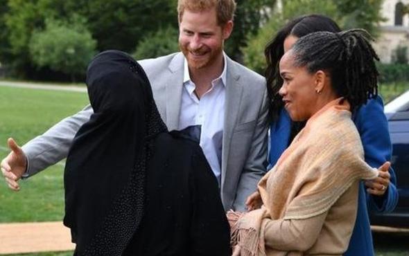 İngiliz prensinin zor anları! Müslüman kadınla selamlaşırken...