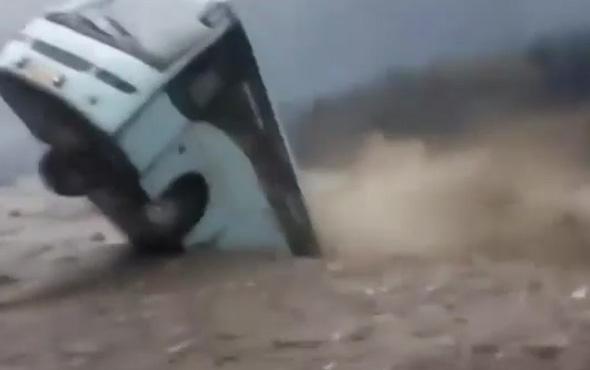 Yağış sonrası yükselen nehir, yolcu otobüsü yuttu