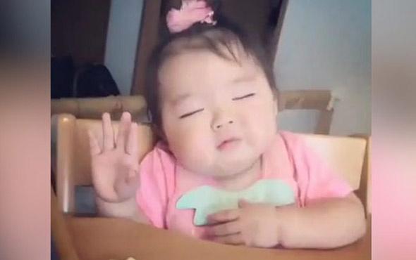 Uyurken yemek yiyen bebeğin görüntüleri ilgi gördü