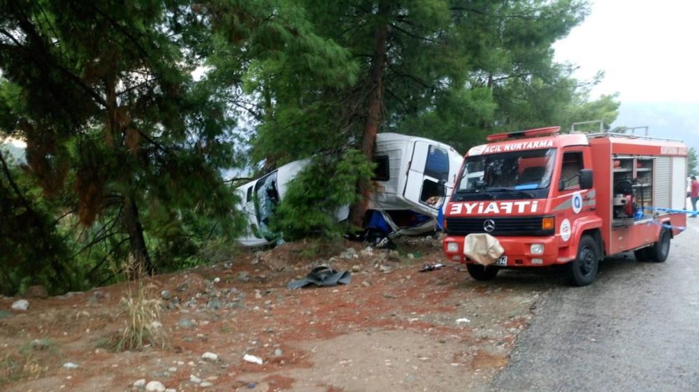 Antalya'da tur minibüsü devrildi: Çok sayıda ölü ve yaralı var!