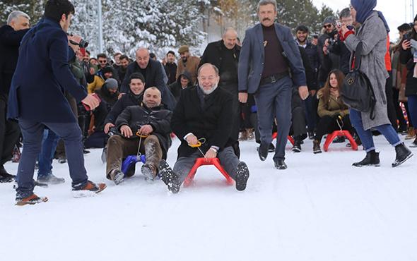 Eski Sağlık Bakanı Akdağ, gençlerle birlikte kızak kaydı