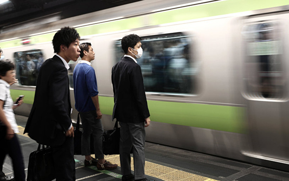 Tokyo metrosunda sıkışıklığı gidermek için bedava yemek teklifi