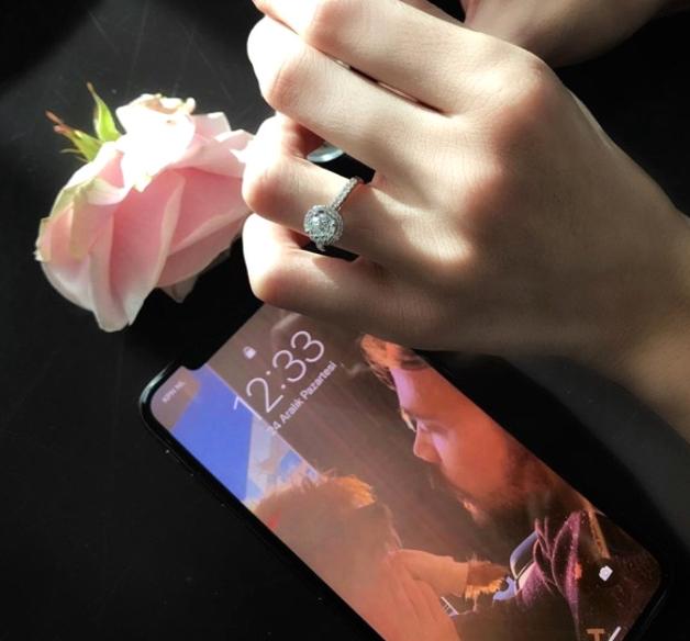 Sinan Akçıl'la evlenen Burcu Kıratlı'nın yatakta gecelikli pozları olay oldu