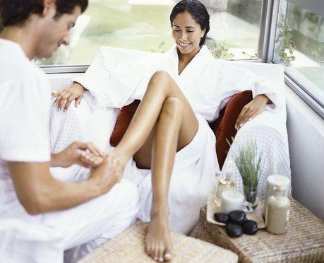 paren-delaet-devushke-massazh-kartinki