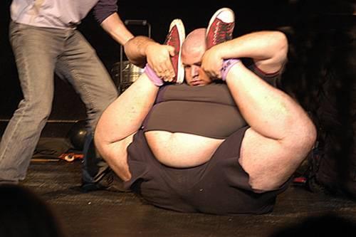 В тощую попу вставили толстый хуй 100