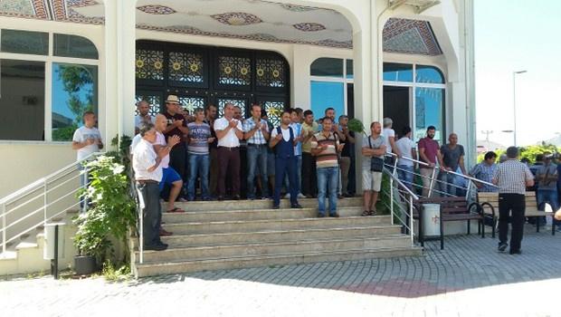 CHP'li vekilin evinin önüne tezek döküldü!