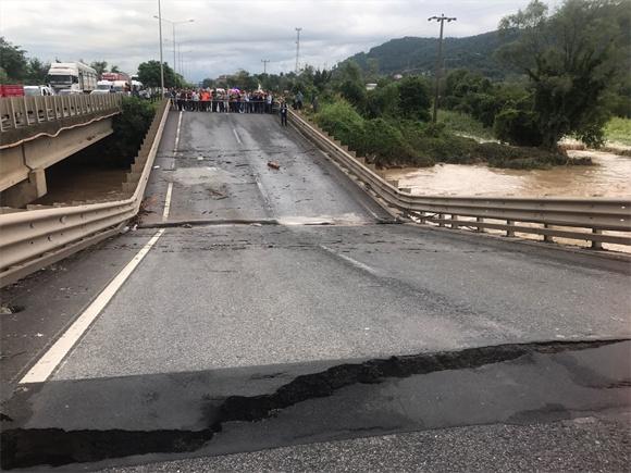 Ünye'de Cevizdere mevkisinde bulunan Karadeniz Sahil Yolu'ndaki ulaşımı sağlayan Cevizdere köprüsünde çökme meydana geldi.