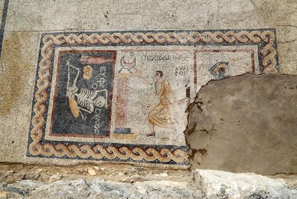 Hatay Antakya'da bulunan mozaiğin üstünde ne yazıyor