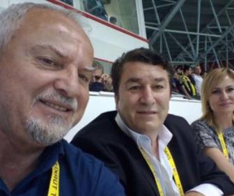 Galatasaray-Fenerbahçe maçı. Antalya basın tribünü. Antalya Şube başkanı Oğuz Tongsir ve eşi. Gazetecileri basın tribününe almayan Oğuz Tongsir, karısını basın tribününe sokuyor. Üstelik boynuna akredite kartı da takmış.