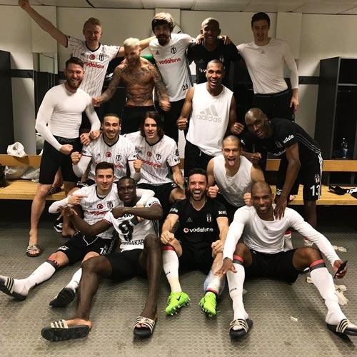 Beşiktaşlı futbolculardan zafer pozu