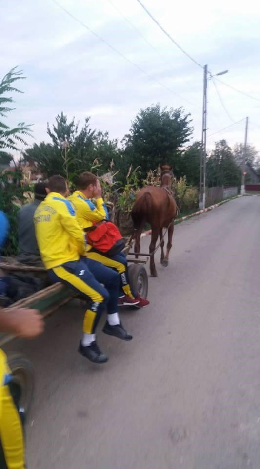 Futbolcular statdan at arabasıyla ayrıldılar