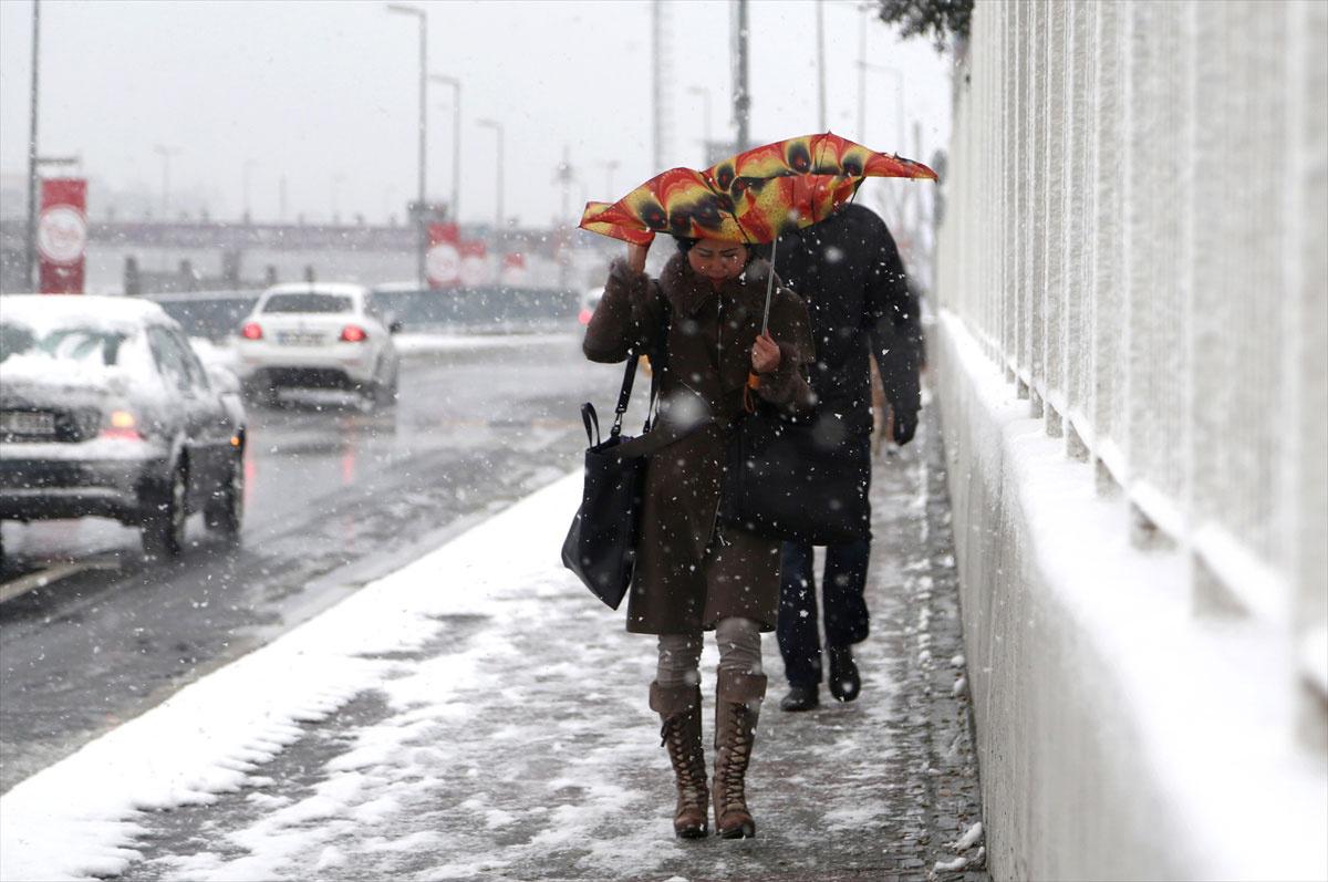 İSTANBUL hava durumu raporuna göre kar yağışı yarın yani 19 ocak salı günü de devam edecek. Meteoroloji hava durumu açıklamasında sıcaklığın İstanbul'da daha da düşeceğini bildirdi.