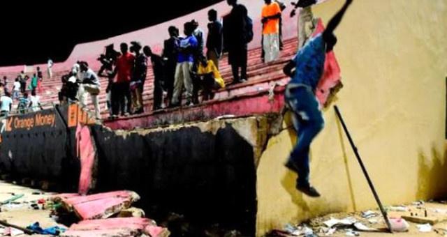 Stadyumun duvarı çöktü