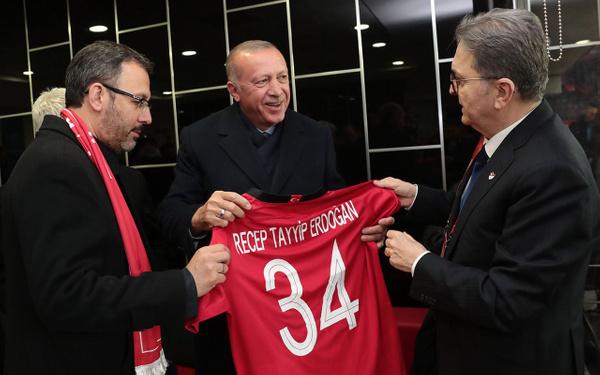 Cumhurbaşkanı Erdoğan Türkiye-Moldova maçında - Sayfa 3