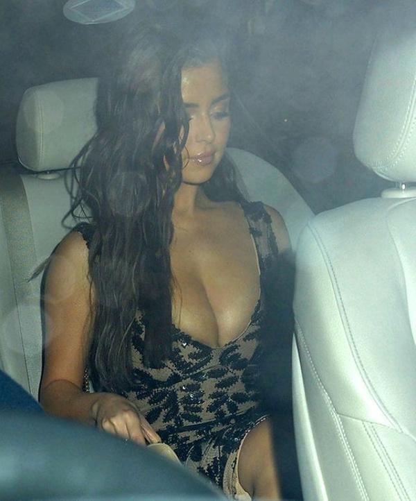 Seksi model Demi Rose, arabasından inerken dekolte kurbanı oldu - Sayfa 2
