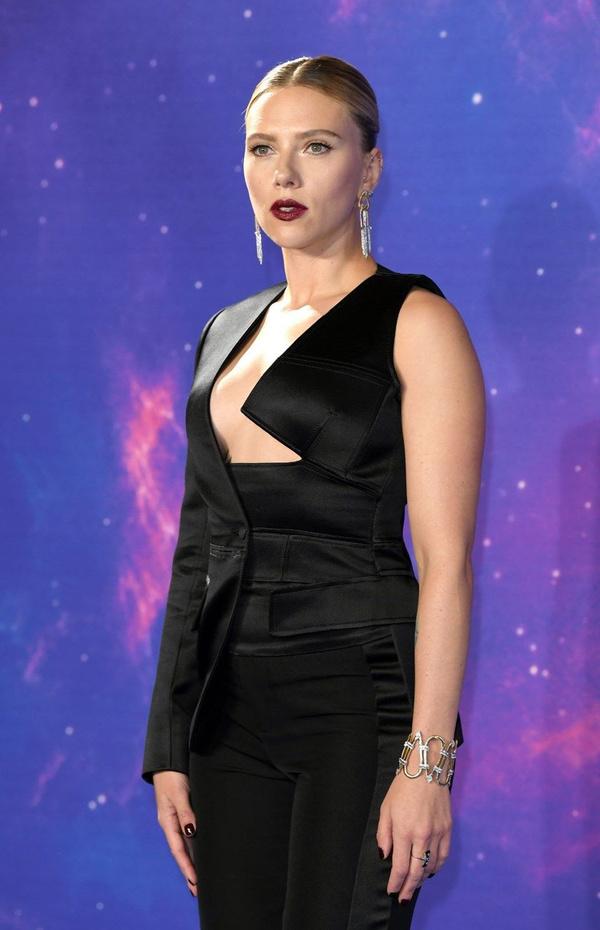 Scarlett Johansson'dan cesur göğüs dekoltesi - Sayfa 4