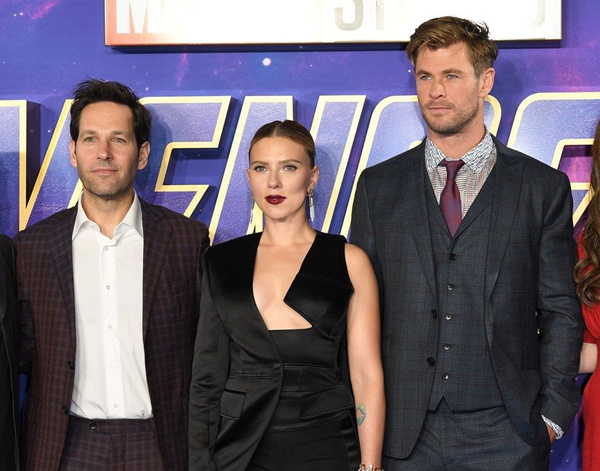 Scarlett Johansson'dan cesur göğüs dekoltesi - Sayfa 1