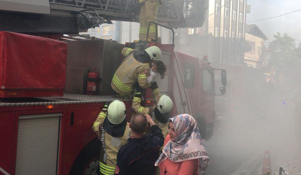 İstanbul'da 20 kişi yangında mahsur kaldı - Sayfa 2
