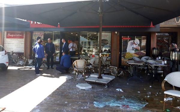 İstanbul Bakırköy'de otomobil kafeye daldı - Sayfa 1