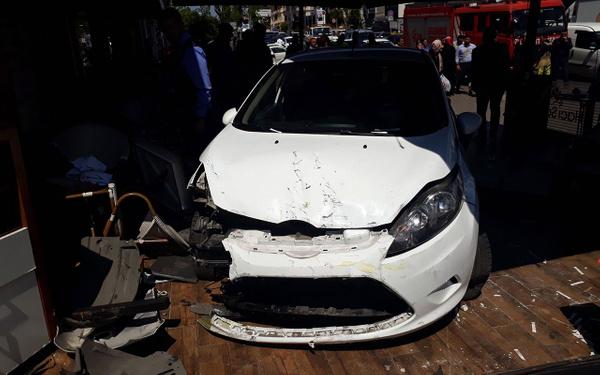 İstanbul Bakırköy'de otomobil kafeye daldı - Sayfa 3