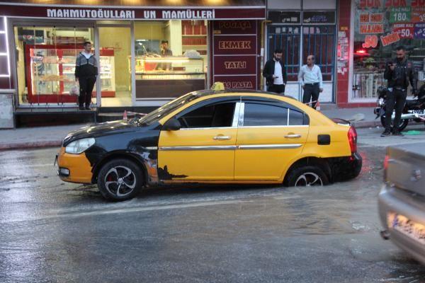 Malatya'da yol çöktü Taksi çukura düştü - Sayfa 4