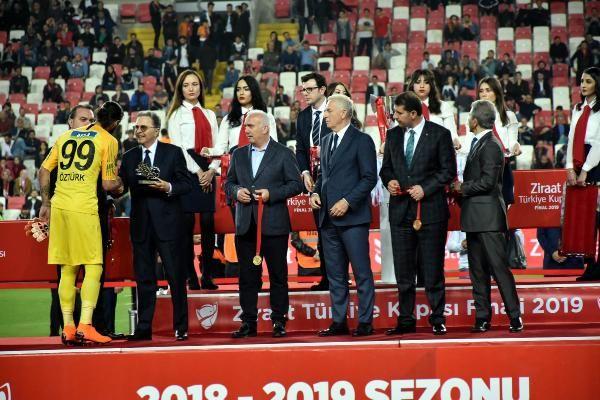 Ziraat Türkiye Kupası şampiyonu Galatasaray kupasını aldı - Sayfa 11