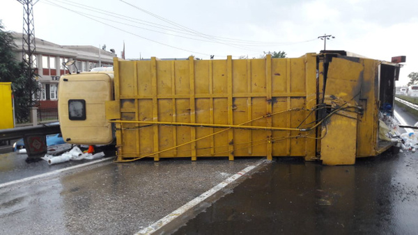 Çöp kamyonu ile hafif ticari araç çarpıştı: 2 yaralı - Sayfa 2