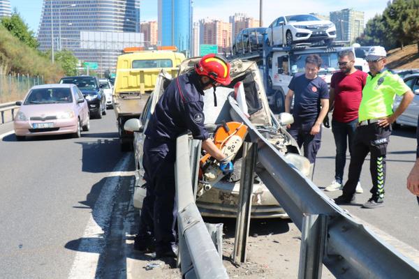 İstanbul Ümraniye'de bariyere saplanan araçtan sağ çıktılar - Sayfa 2