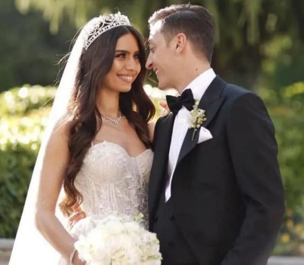Amine Gülşe ve Mesut Özil evlendi! Düğüne ünlü akını oldu - Sayfa 1