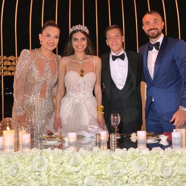 Amine Gülşe ve Mesut Özil evlendi! Düğüne ünlü akını oldu - Sayfa 6