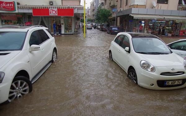 İzmir'in Ödemiş ilçesinde etkili sağanak yağış, su baskınlarına sebep oldu. Derelerin taşmasıyla araçlar sürüklendi, tarım alanları sular altında kaldı. ile ilgili görsel sonucu