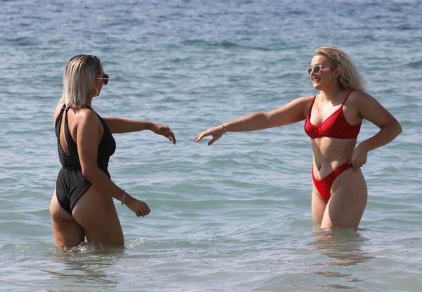 Ünlü popçu kırmızı bikinisiyle nefes kesti - Sayfa 2