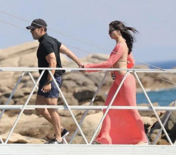 Adriana Lima'yla Emir Uyar partide sarmaş dolaş eğlendi - Sayfa 1