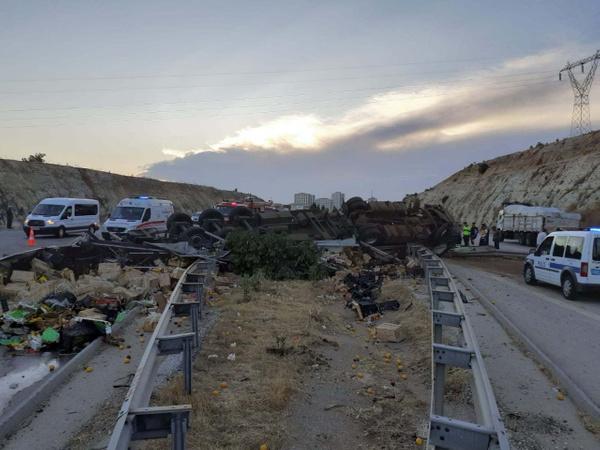 Gaziantep'te sebze yüklü TIR otobanı savaş alanına çevirdi 3 ölü - Sayfa 5